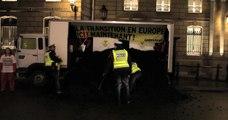 Greenpeace déverse 5 tonnes de charbon devant l'Elysée