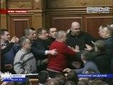 Coups de poing au Parlement ukrainien.