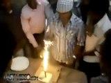 Souffler sur les bougies du gâteau d'anniversaire