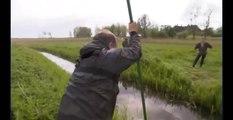 Traverser un cours d'eau avec une perche (FAIL)