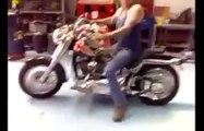 Grosse chute en Harley... le gars etait tellement fier! Honte de sa vie!