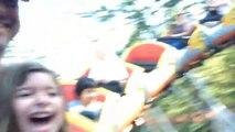 Une petite fille découvre les montagnes russes... Manège et émotions!
