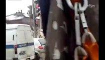 Rusya'da kepçeyle yıkılan bina araçların üzerine düştü