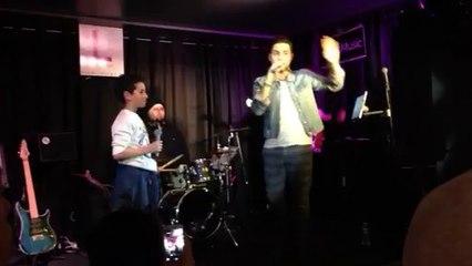 """Alban Bartoli et son protégé Ferat interprètent """"Papaoutai"""" de Stromae à l'Etage"""