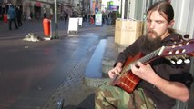 Mariusz Goli joue de la guitare en improvisation