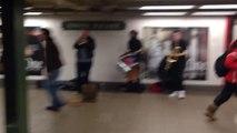 Un groupe de musique énorme joue dans le métro! Fou...
