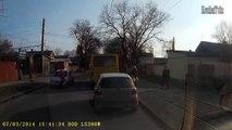Une fille se fait percuter par une voiture. Voiture repeinte! Terrible accident...