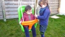 Capucine 8 mois et Léonie 3 ans 1/2 à la balançoire.