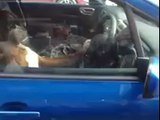 Le chien pas content d'être enfermé dans la voiture