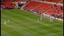 Football - Le gardien de but se rate complètement sur son dégagement... puis s'énerve