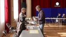 Municipales françaises : percée du FN, progression de la droite et désaveu pour la gauche sur fond d'abstention record