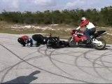 2 motos en roue avant et gamelle