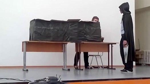 Un enfant magicien essaye de couper une fille en deux - Vidéo Dailymotion