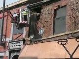 Il détruit une maison en un coup de masse!