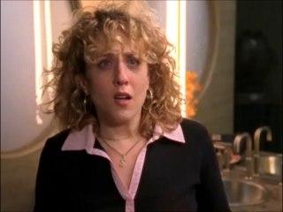 Sharona a consulté le docteur Kroger. Dans les toilettes, l'homme poignardé réapparait.