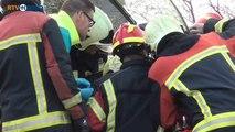 Brandweer haalt bestuurder uit de auto - RTV Noord