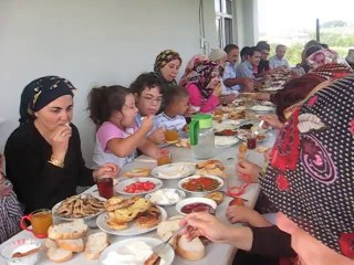 Oglum Murat'in dugun sonrasi akrabalarla Subasi'ndaki evin balkonunda kahvaltimiz.