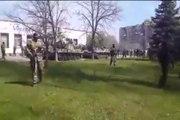 Rus yanlısı üniformalı askerlerden oluşan konvoy