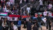 Paul Pierce jette son bandeau aux fans des Raptors qui le lui renvoient trois fois