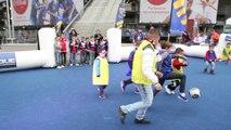 L'ambiance sur le parvis de la Finale de la Coupe de la Ligue 2014