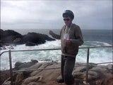 Gort au rocher de saint guénolé affronte la puissance des vagues de l'océan Atlantique le meilleur des océans interplanétaire!!