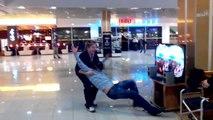 Un russe essaye le casque Oculus Rift dans un magasin