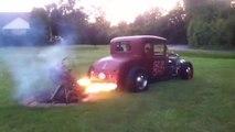 Allumer un barbecue avec classe : utiliser les flammes d'une voiture de course!