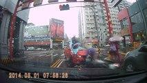 Une voiture percute un scooter à Taïwan