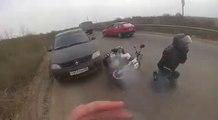 Accident de moto après qu'un homme ai ouvert sa porte sans regarder dans son rétro viseur