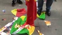 Le Drapeau du Congo Brazzaville Déchiré et Brulé par les Congolais RDC devant l'ambassade du Congo-Brazza à Londres
