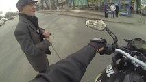 Les motards sont des gars sympa! Ils aident les grand-pères à traverser!