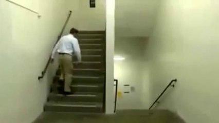 L'inspiegabile video della scala di Escher dell'illusione che sta facendo impazzire il web