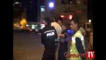 Yerdeki göstericiye polisten ağır küfürler ve tekme