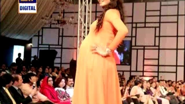 Supermodel Nadia Hussain exposing the secret that when she was 8 months pregnant she cleaned her house and did ramp walk for nomi ansari