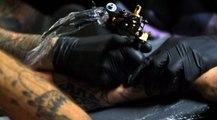 Images fascinantes de la réalisation d'un tatouage