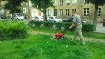 Guillaume Luczka (FN) tond la pelouse des espaces verts
