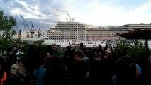 Un bateau de croisière joue Seven nation Army! Classe...