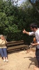 Niko joue de l'harmonica à son arrière grand-mère