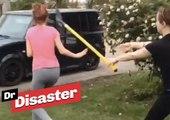 Une violente bagarre entre 2 jeunes filles se termine a coup de pelle / Dr Disaster