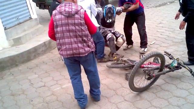Espertão tenta salto de bike e acaba com a cara no chão