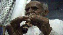 Stokoude Pakistaan speelt fluit met neus
