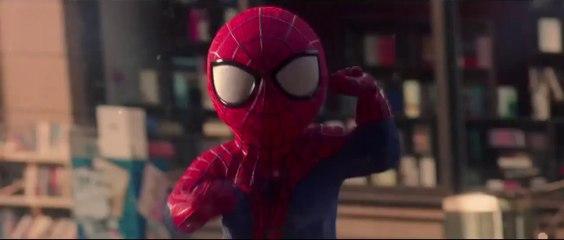 Spiderman VS baby Spider-Man in una sfida Dance a colpi di passi e ragnatela