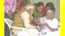 Narendra Modi meets his Mother, Seeks Blessings - Elections Results 2014
