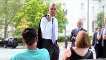Barack OBAMA fait une petite marche surprise dans Washington DC!