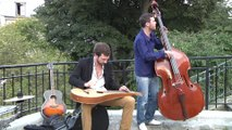 "Igit chante ""Any sense at all"" à Montmartre"