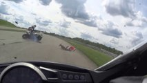 Se prendre une moto volante dans la tronche... Enorme crash en moto!