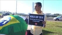 Brésil: des ballons de foot géants contre le coût du Mondial
