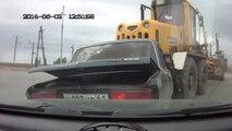Pelleteuse VS voiture! Un gros engin de chantier sans frein dévale une route.