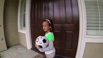 Des petites filles jouent au foot de rue!