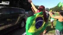 Football / Les supporters brésiliens heureux au passage du bus de leur équipe - 09/06
